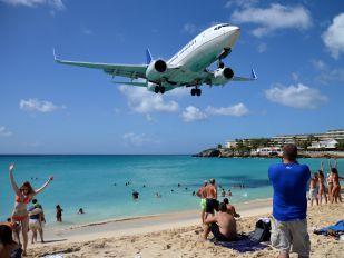 N16703 - United Airlines Boeing 737-700