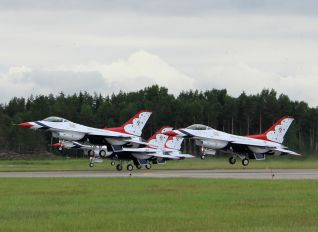 - - USA - Air Force : Thunderbirds General Dynamics F-16C Fighting Falcon