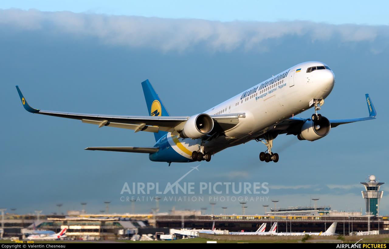 Ukraine International Airlines UR-GEA aircraft at Paris - Orly