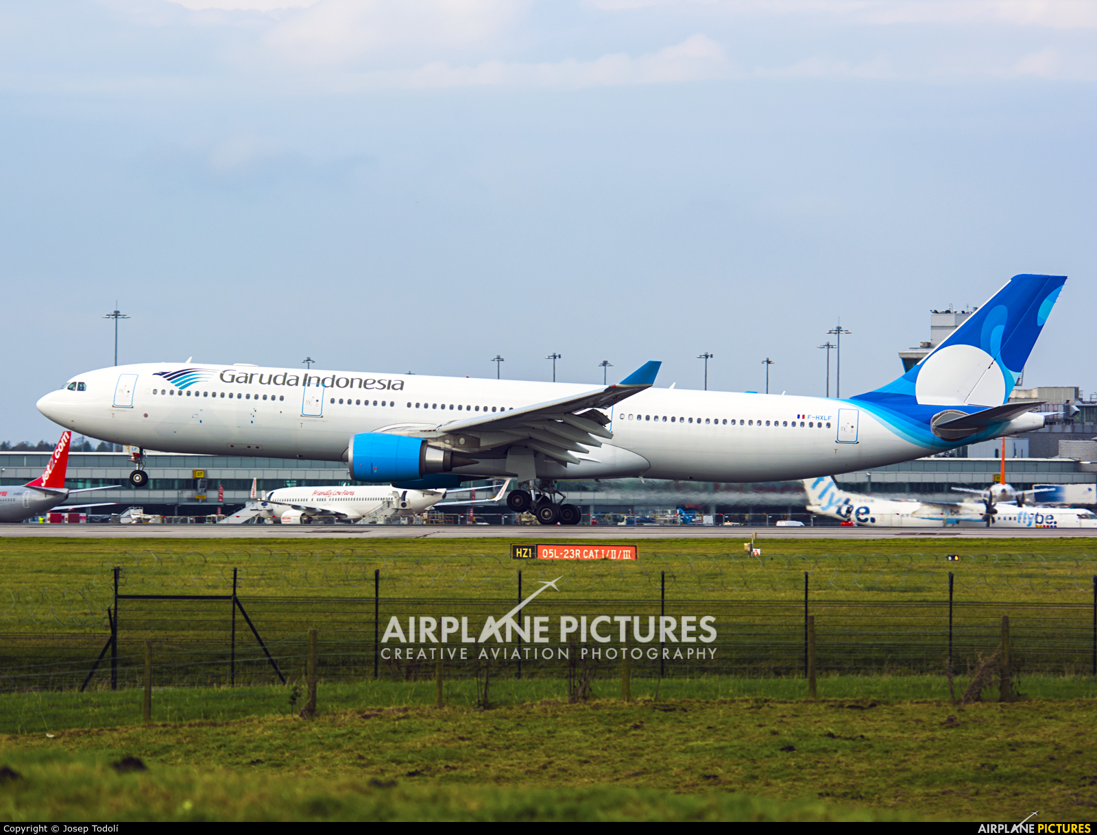 F hxlf xl airways france airbus a330 300 at manchester for Airbus a330 xl airways interieur