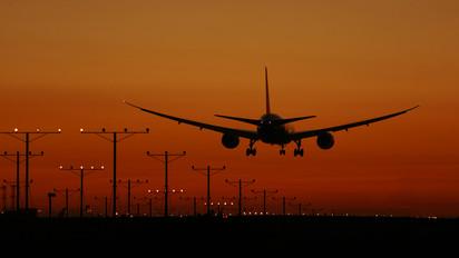 - - United Airlines Boeing 787-8 Dreamliner
