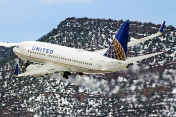 N38727 - United Airlines Boeing 737-700
