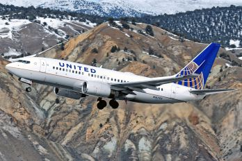 N16703 - United Airlines Boeing 737-700