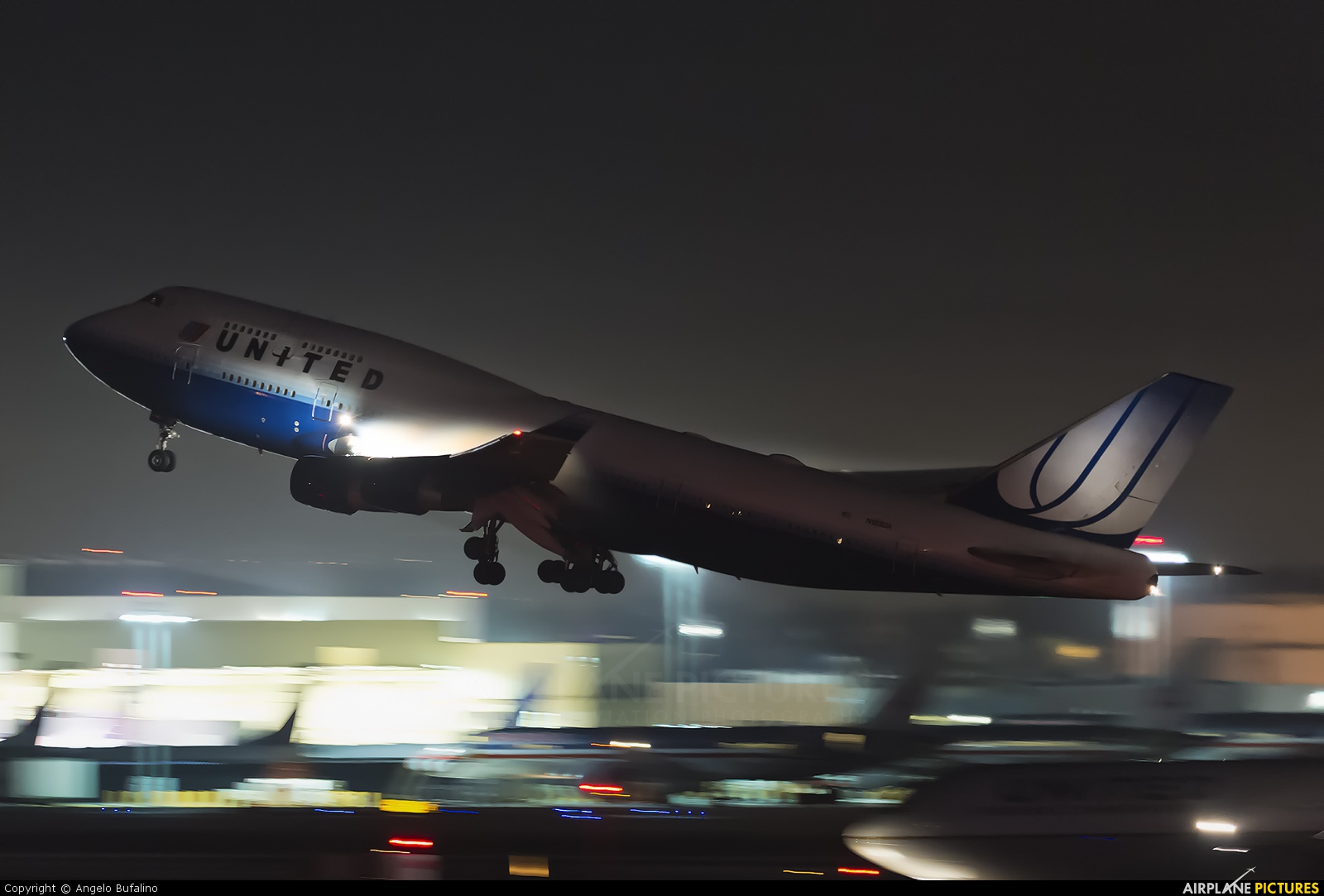 United Airlines N122UA aircraft at Los Angeles Intl