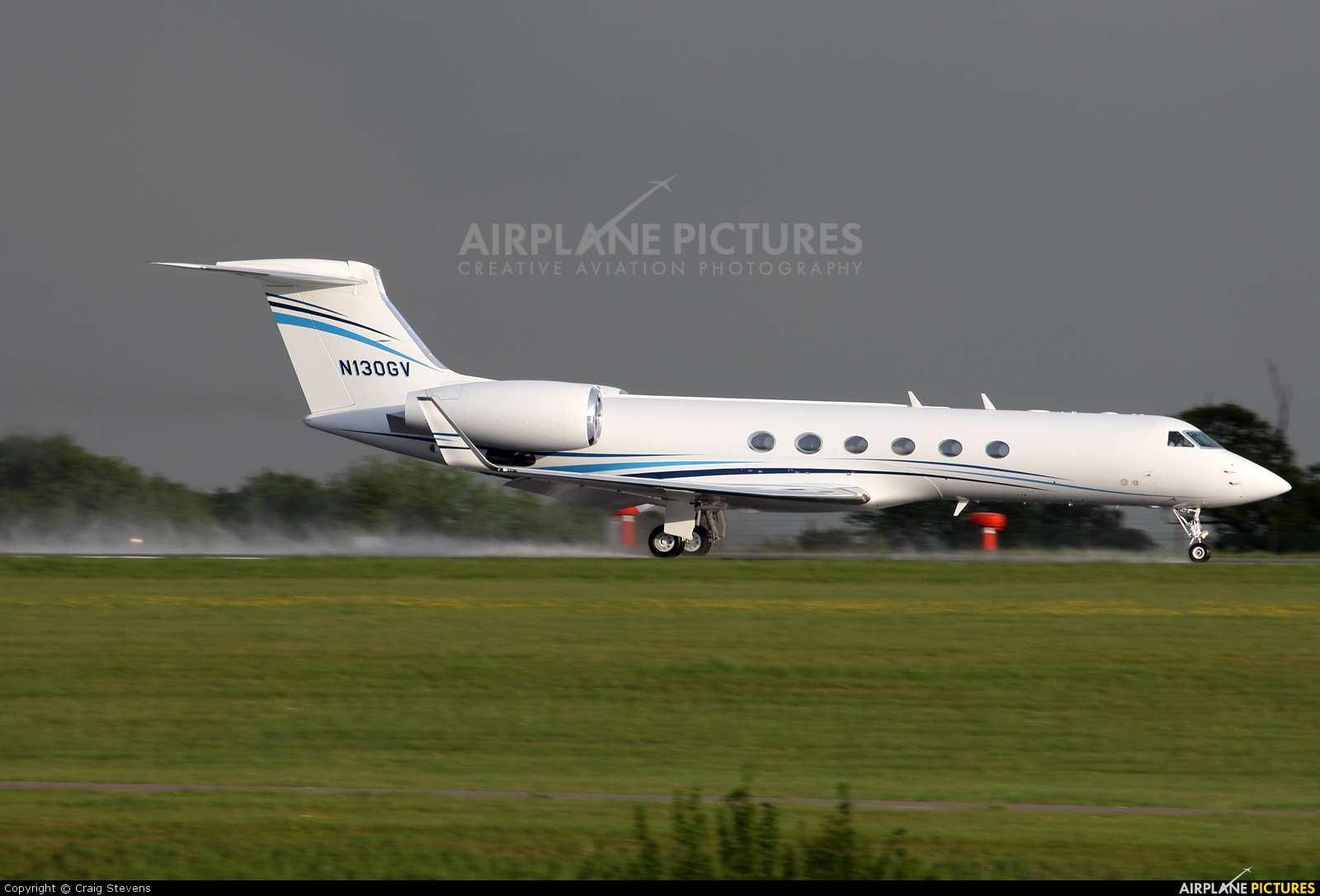 Private N130GV aircraft at London - Luton