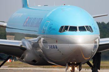 HL8251 - Korean Air Cargo Boeing 777F