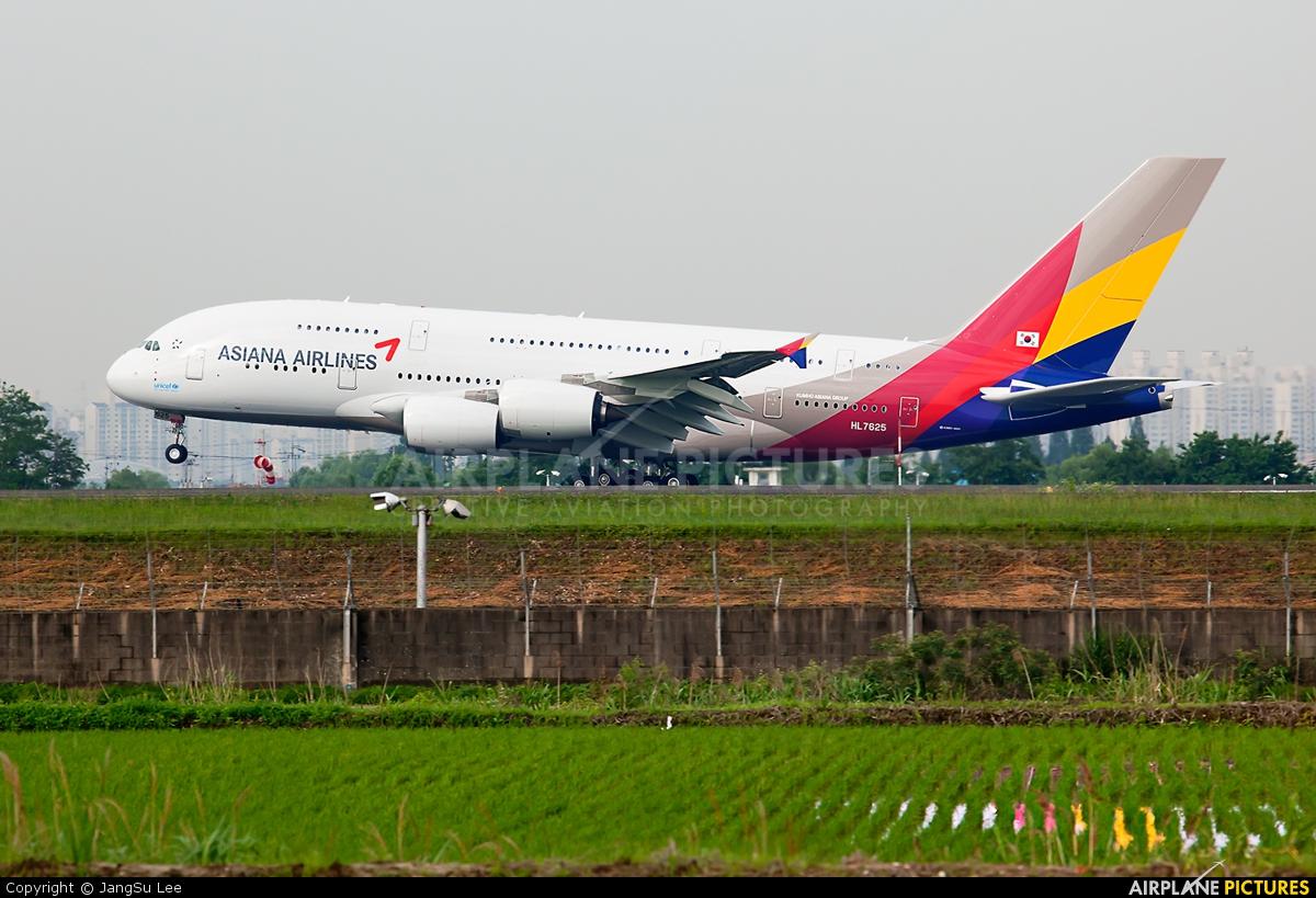 Asiana Airlines HL7625 aircraft at Gimpo Intl