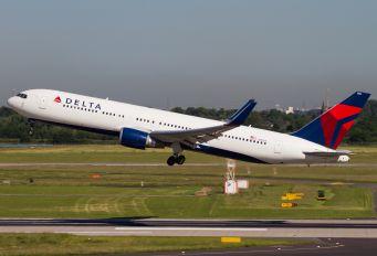 N1608 - Delta Air Lines Boeing 767-300