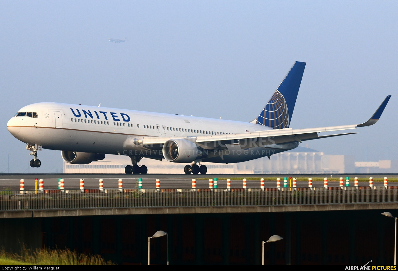 United Airlines N669UA aircraft at Paris - Charles de Gaulle