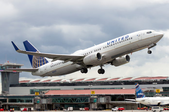 N16217 - United Airlines Boeing 737-800