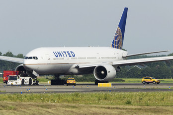 N57016 - United Airlines Boeing 777-200ER