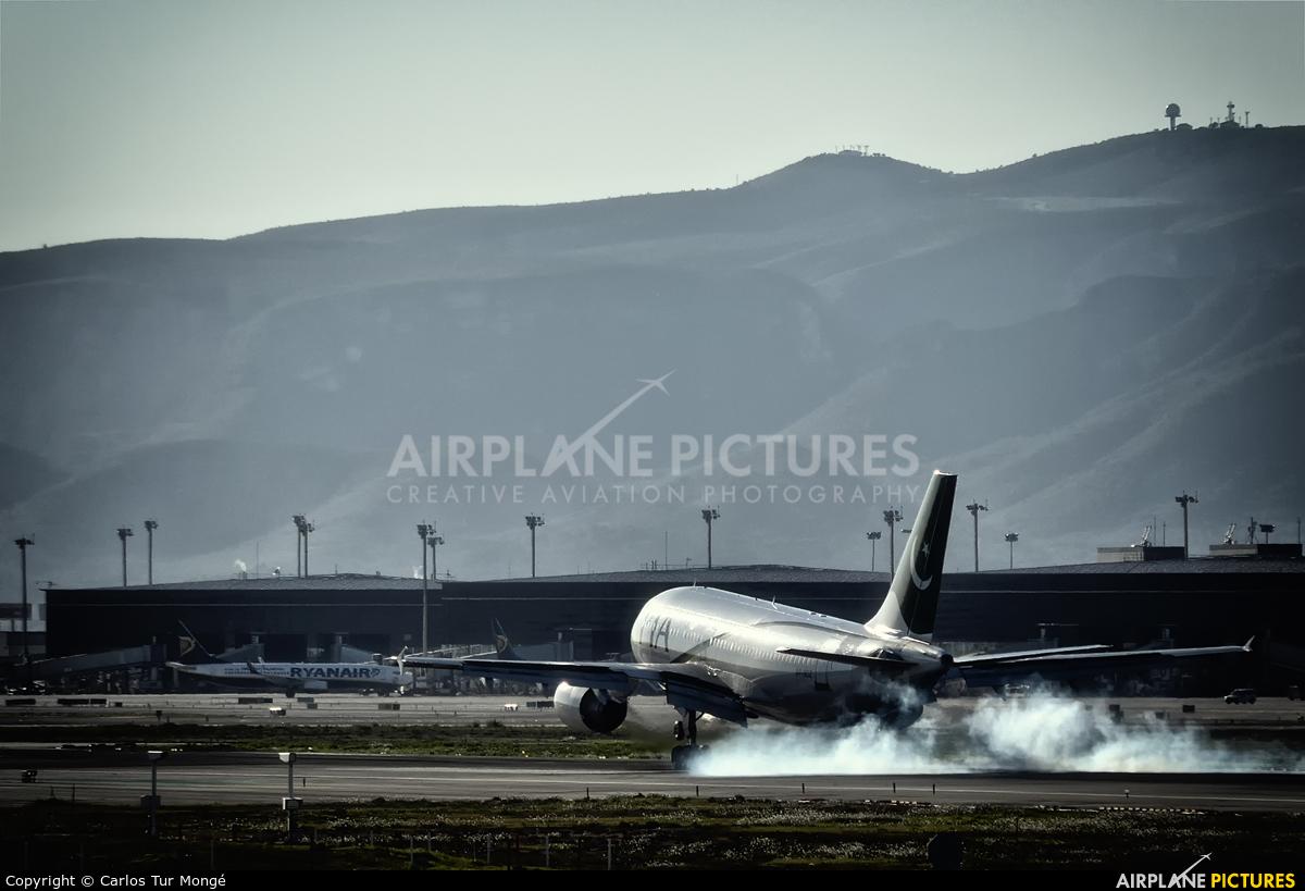 PIA - Pakistan International Airlines AP-BDZ aircraft at Barcelona - El Prat