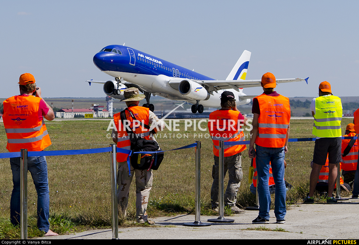 - Airport Overview - aircraft at Chişinău Intl