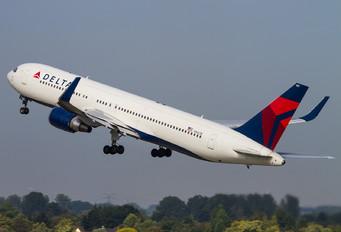 N1607B - Delta Air Lines Boeing 767-300ER