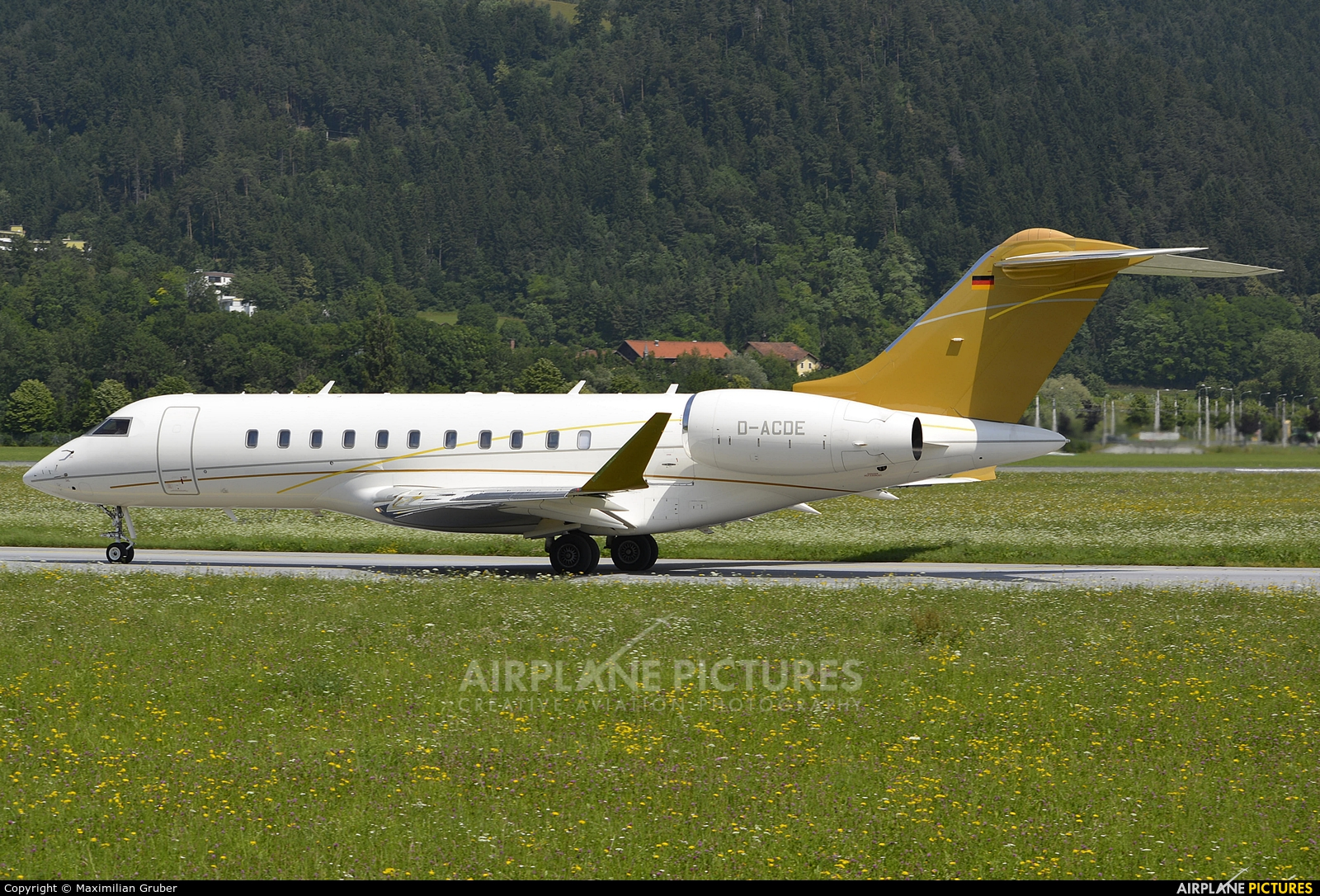 DC Aviation D-ACDE aircraft at Innsbruck