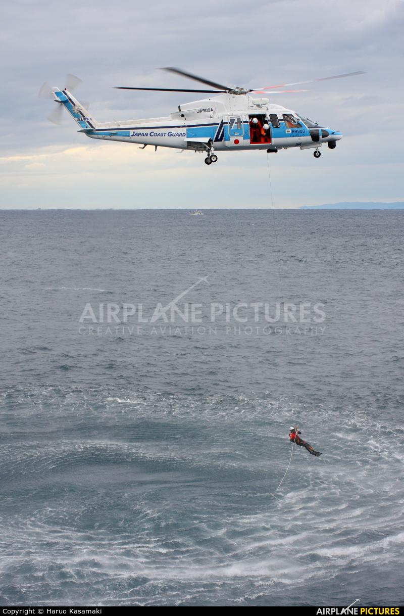 Japan - Coast Guard JA909A aircraft at Niigata