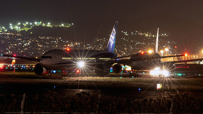 - - ANA - All Nippon Airways Boeing 777-200
