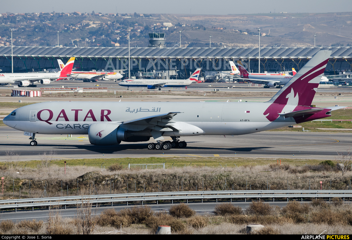 A7 bfa qatar airways cargo boeing 777f at madrid for Oficina qatar airways madrid
