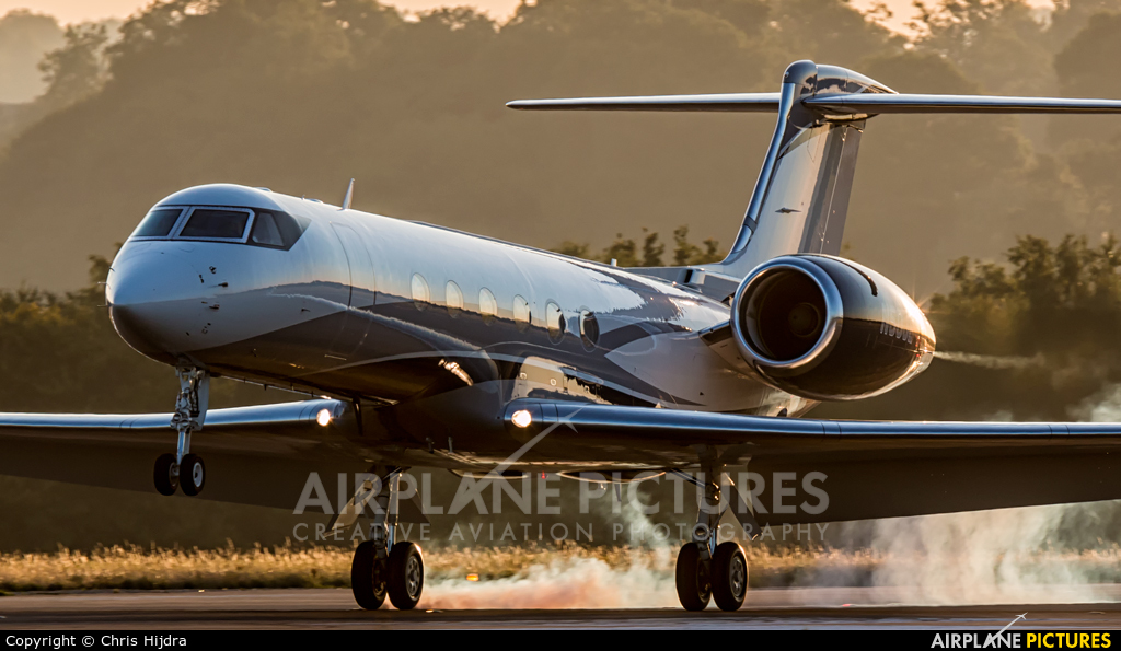 Private N50JE aircraft at London - Luton