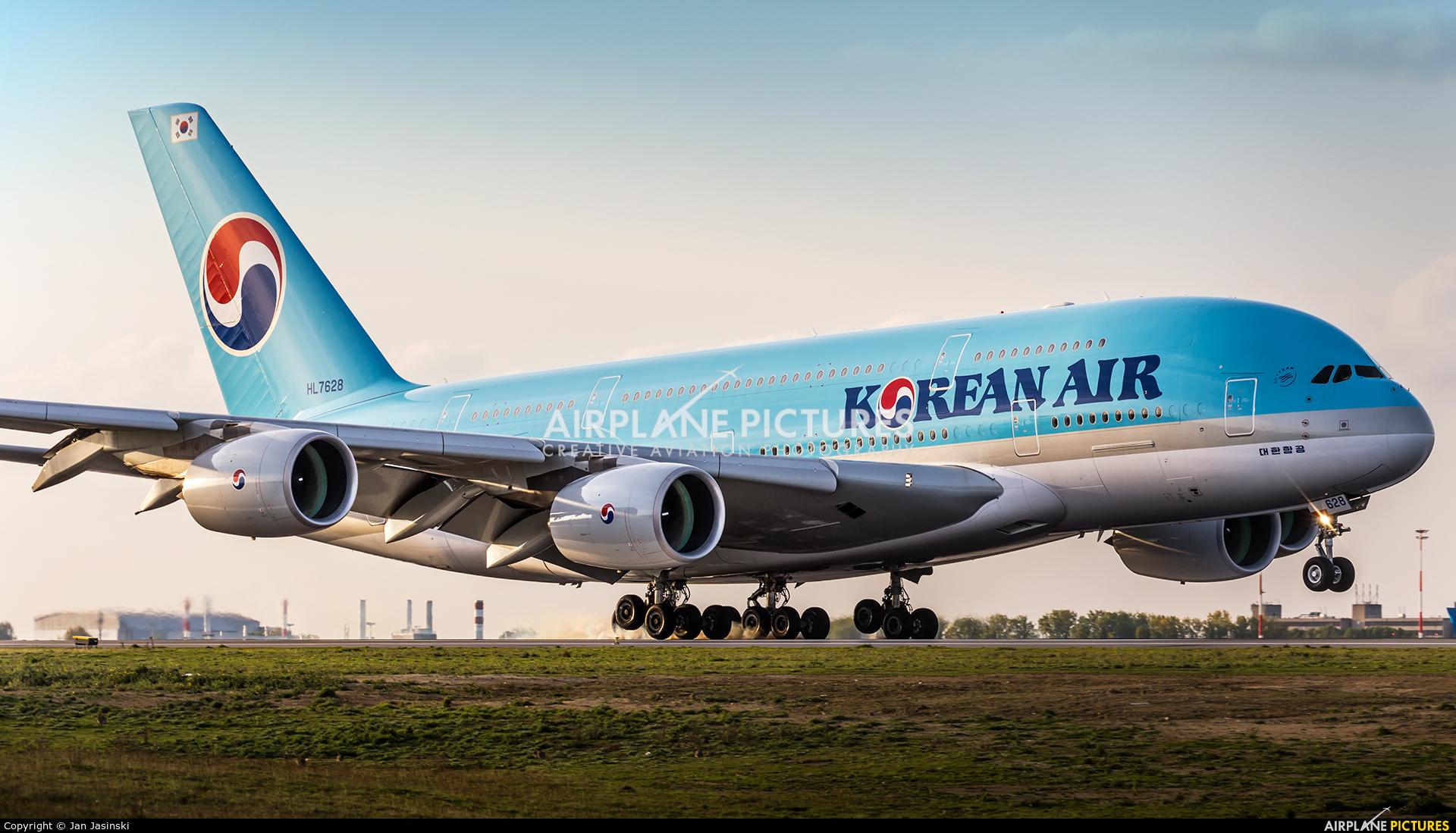 Korean Air HL7628 aircraft at Paris - Charles de Gaulle