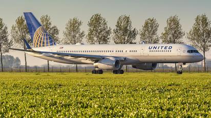 N58101 - United Airlines Boeing 757-200