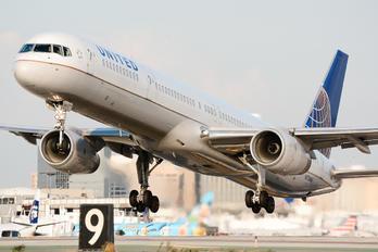 N73860 - United Airlines Boeing 757-300