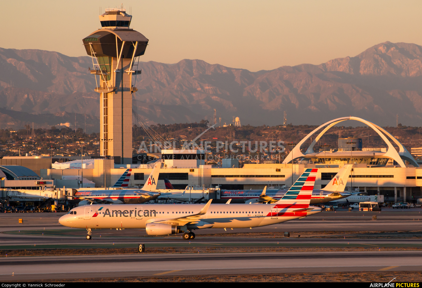 American Airlines N125AA aircraft at Los Angeles Intl
