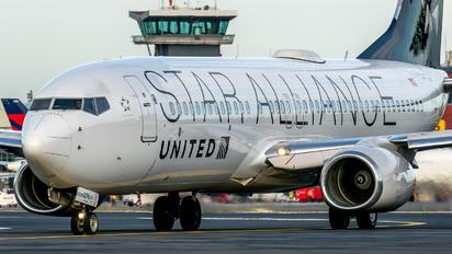 N76516 - United Airlines Boeing 737-800