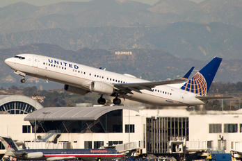 N68805 - United Airlines Boeing 737-800