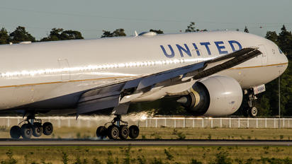 N78001 - United Airlines Boeing 777-200ER