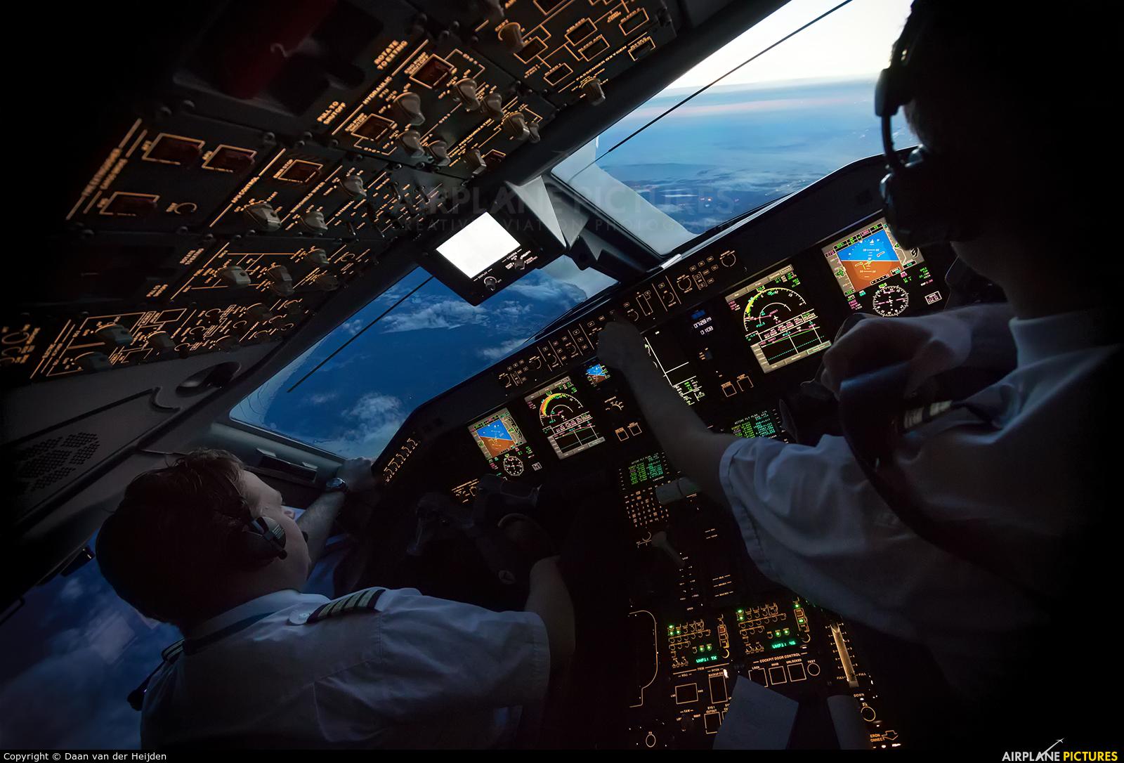 Resultado de imagem para embraer erj-190 cockpit