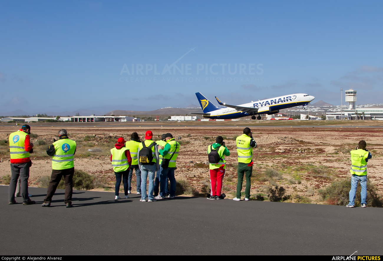 Aeroporto Lanzarote : Airport overview people pilot at