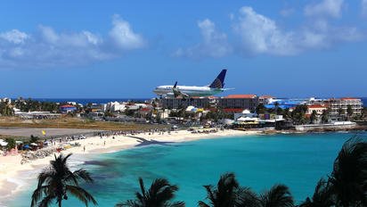 N15710 - United Airlines Boeing 737-700