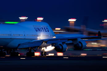 - - United Airlines Boeing 747-400