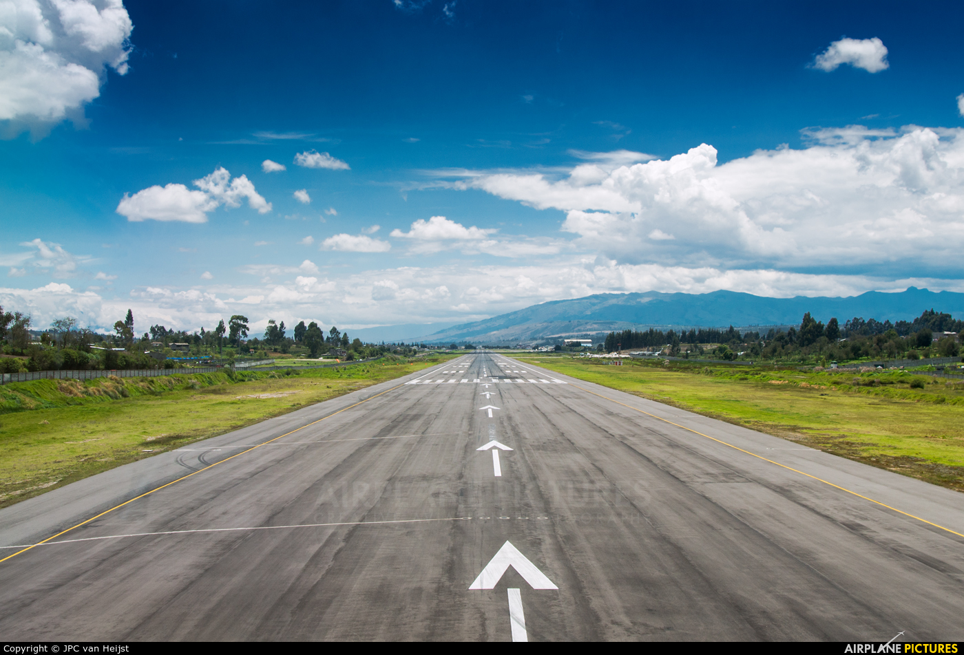 - Airport Overview - aircraft at Latacunga - Cotopaxi