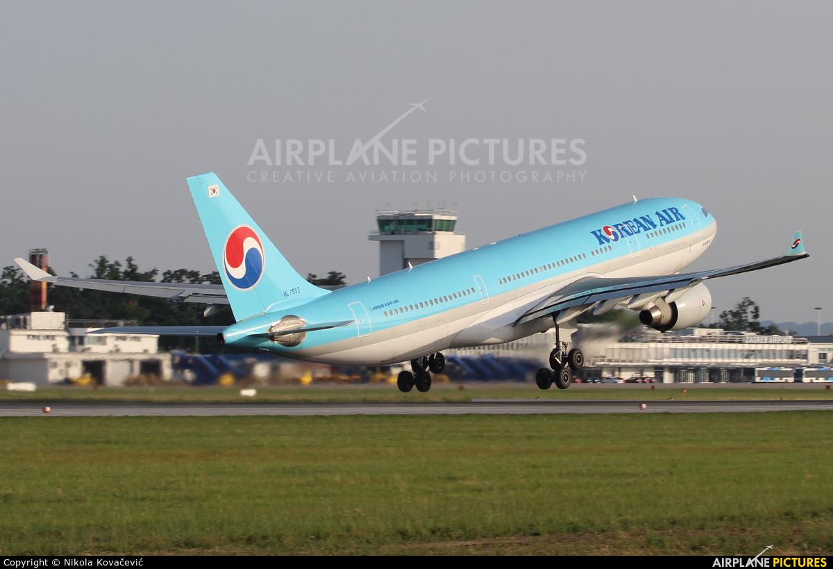 Korean Air HL7552 aircraft at Zagreb