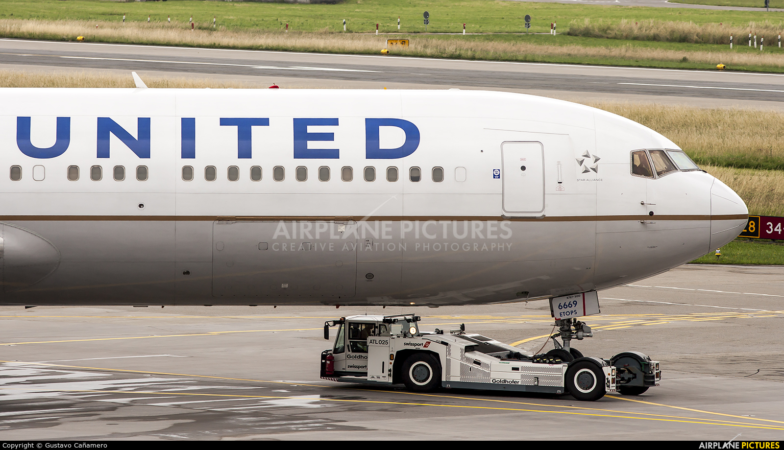 United Airlines N669UA aircraft at Zurich