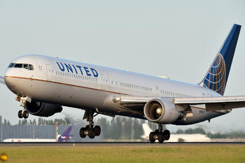 N67052 - United Airlines Boeing 767-400ER