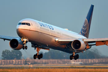 N666UA - United Airlines Boeing 767-300