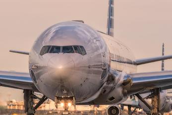 N725AN - American Airlines Boeing 777-300ER