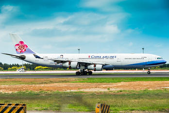 B-18806 - China Airlines Airbus A340-300
