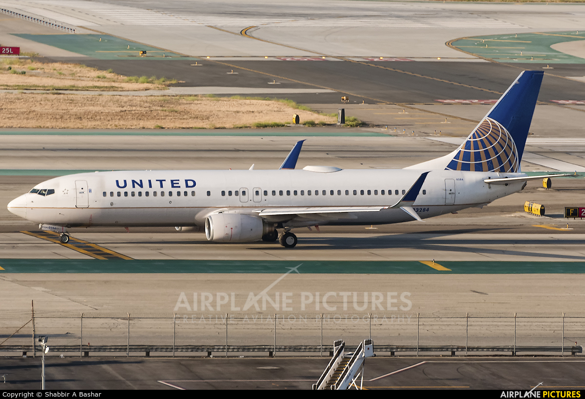 United Airlines N33284 aircraft at Los Angeles Intl