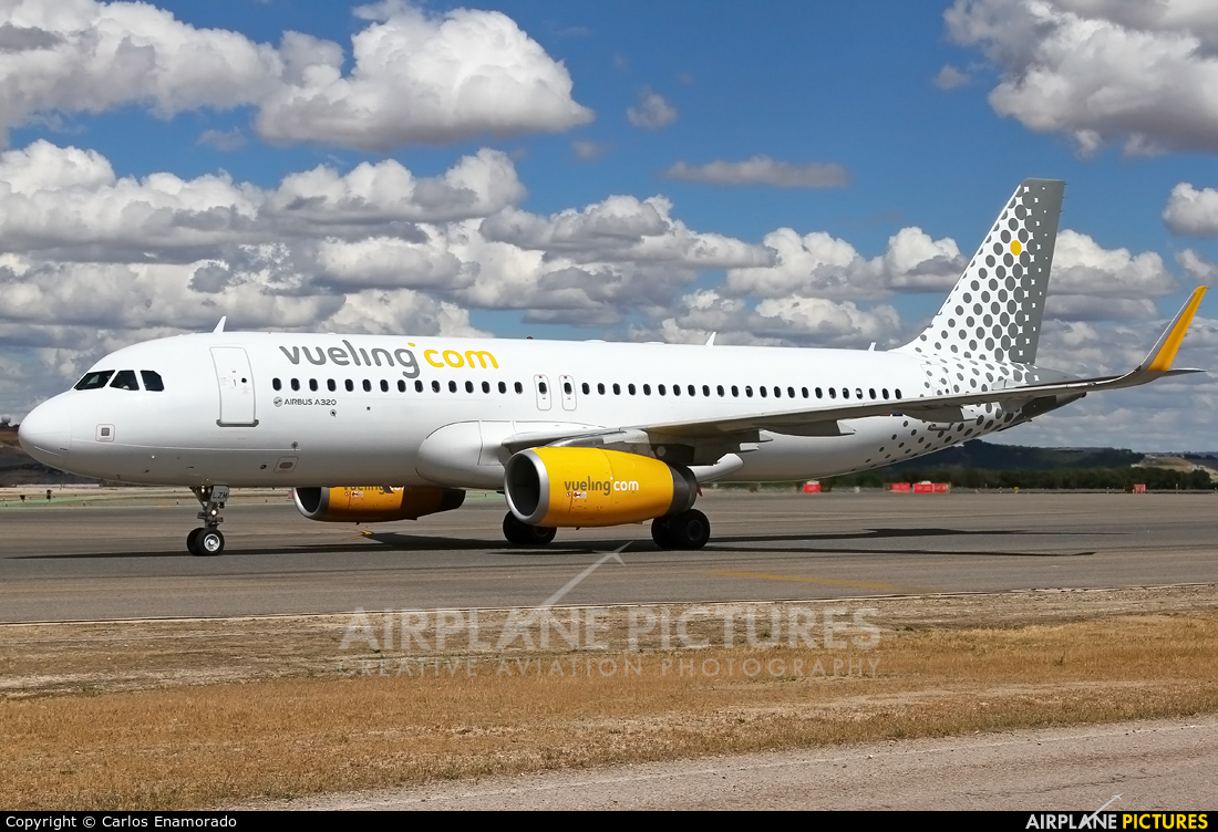 EC-LZM - Vueling Airlines Airbus A320 at Madrid
