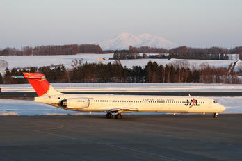 JA006D - JAL - Japan Airlines McDonnell Douglas MD-90