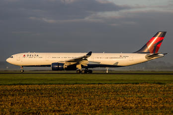 N821NW - Delta Air Lines Airbus A330-300
