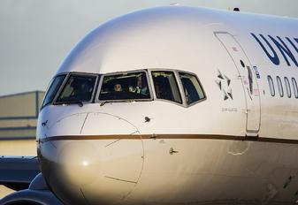 N12116 - United Airlines Boeing 757-200