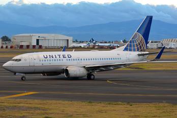 N16732 - United Airlines Boeing 737-700