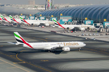 AG-ERH - Emirates Airlines - Airport Overview - Apron