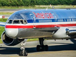 - - American Airlines Boeing 757-200WL