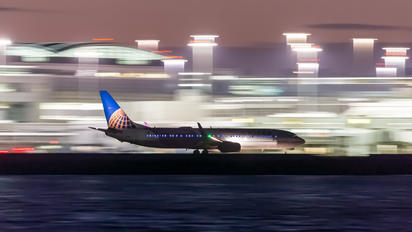 - - United Airlines - Airport Overview - Runway, Taxiway
